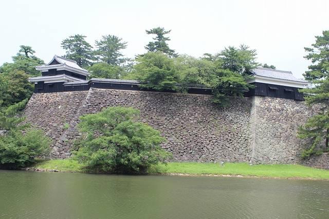 【水濠越しに見る松江城】大手門の南、島根県民会館の西か...