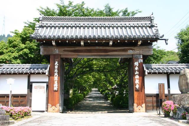 坂本城の城門を移築したといわれる総門
