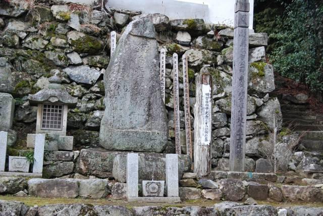 光秀と明智一族の墓。側には正室・煕子の墓もあります。