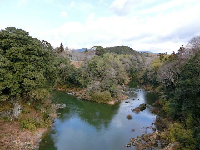 牛渕橋から見た長篠城(左が豊川、右が宇連川)