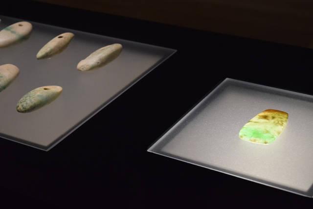 写真右:重要文化財 硬玉製大珠(栃木県大田原市湯津上出...