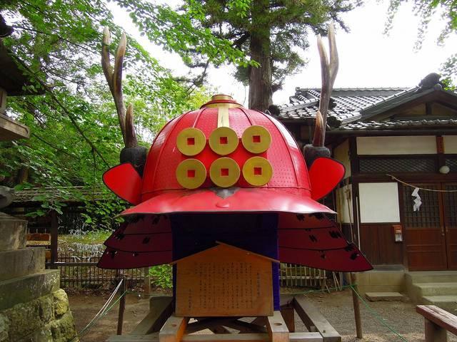 上田城中にある「真田赤備え兜」