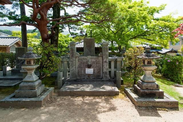 岩倉具視の遺髪を埋葬した遺髪碑もあります。