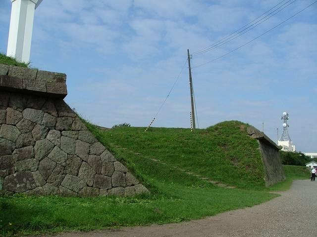 【半月堡先端への登り口】半月堡先端の台上に大砲を引き上...