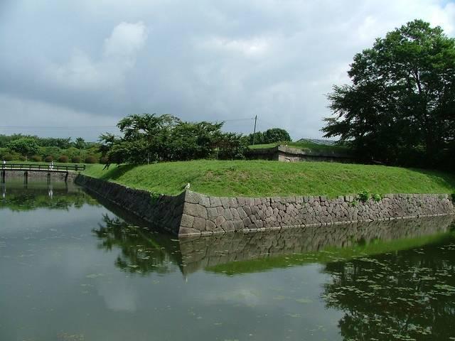 【半月堡先端のようす】水濠の対岸から見る。ここに大砲を...