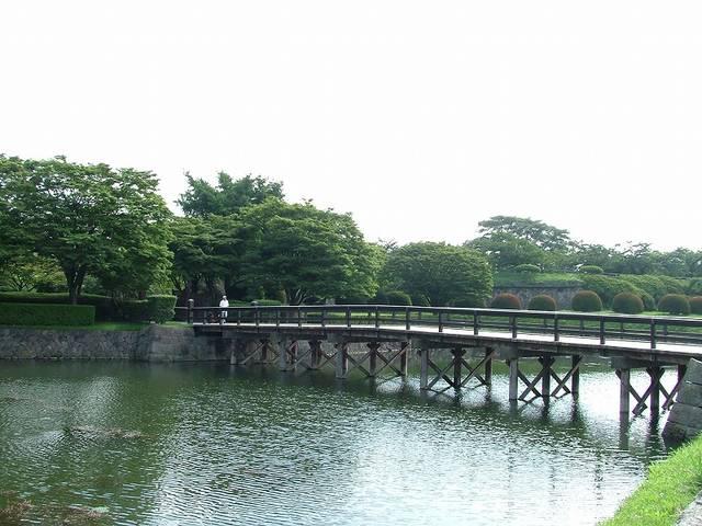 【二の橋】半月堡から二の橋を渡ると、いよいよ五稜郭のメ...