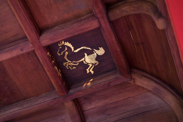 楼門の天井に見られる「午(うま)」の彫絵