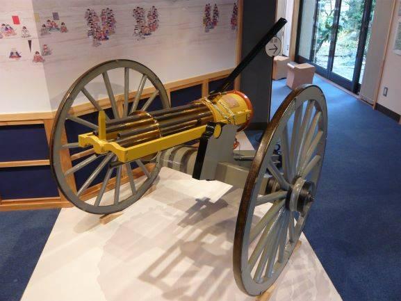 河井継之助記念館内に展示されているガトリング砲(複製)