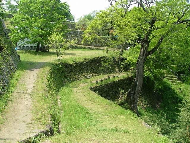 【西の丸 賄方付近のようす】石垣で作られた曲輪が何段も重なる