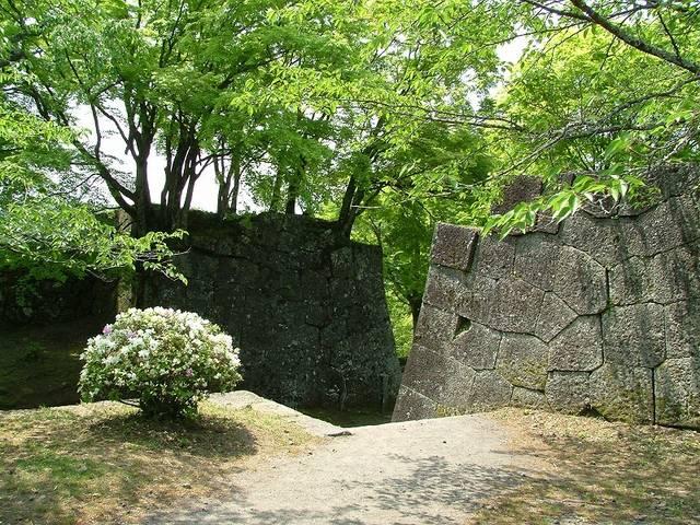 【三の丸虎口石垣】非常に整った石で石垣が積まれている