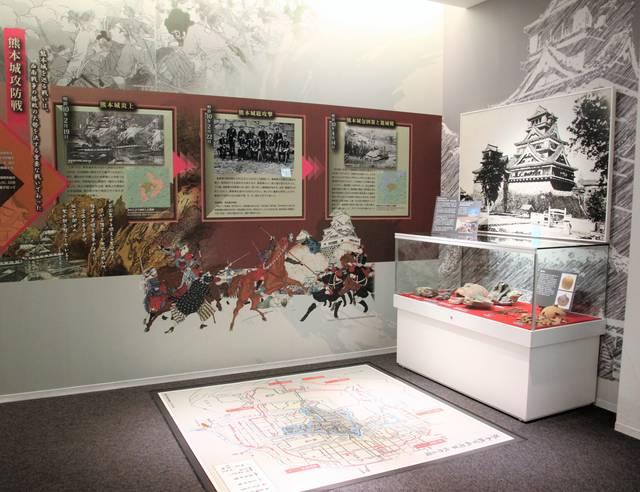 正面に見えるのは、西南戦争で燃える前の熊本城の写真。床...