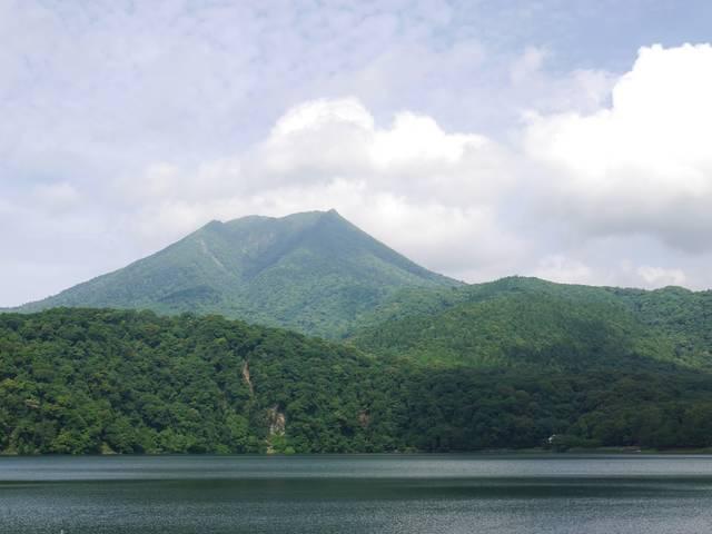 宮崎県都城市と高原町の境界、御池から望む高千穂峰