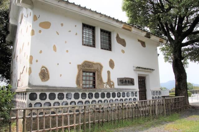 弾痕の家(復元)中には西南戦争の錦絵なども展示されている。