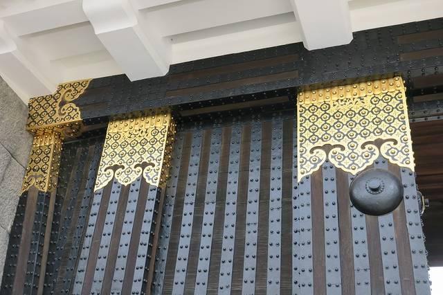 【東大手門】門の金具。修復前は青緑色の銅で覆われていた...