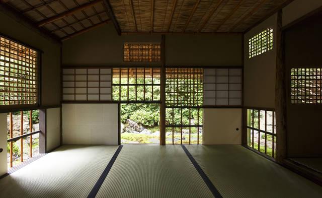 日本一多い十三の窓がある茶室「擁翠亭」内部から見るとそ...