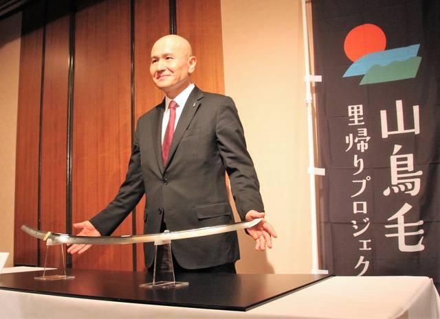 山鳥毛の写しとともに撮影に応じた瀬戸内市市長・武久顕也氏