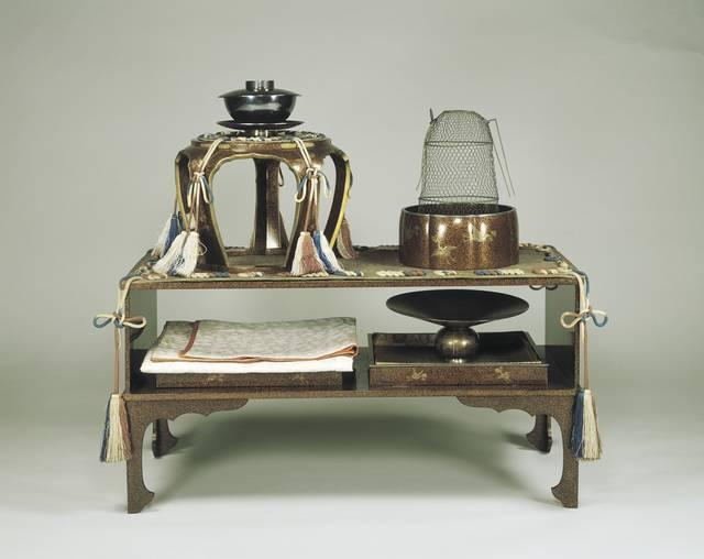 松喰鶴蒔絵螺鈿二階棚 江戸時代・19世紀 東京国立博物館蔵