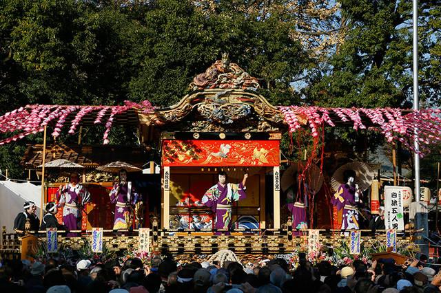左右に張出舞台を付けて舞台を広げ、4基の屋台は年ごとに...