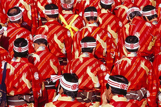 絹で織られた伝統の着物、秩父銘仙を着た男衆。