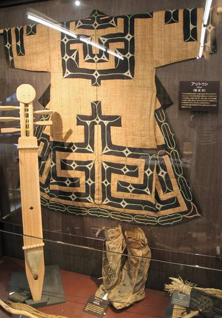 樹皮の繊維を織って作ったアイヌの民族衣装「アットゥシ」...