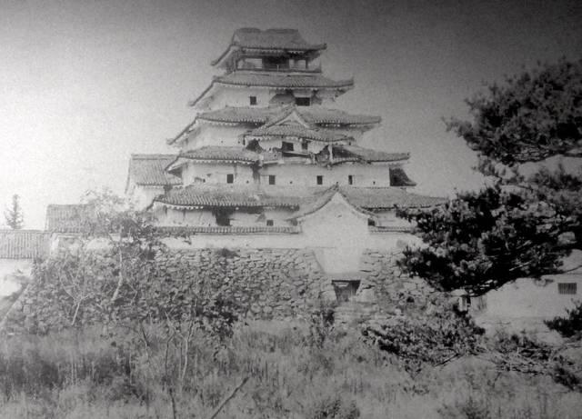 会津戦争で官軍の砲弾を浴び、激しく損傷した会津若松城