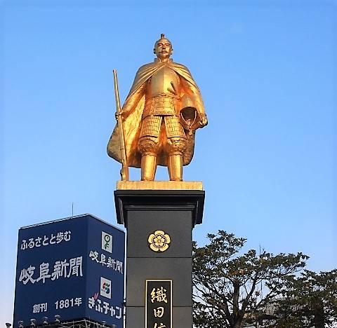岐阜駅前の金ピカ信長像