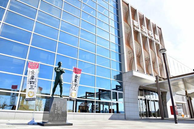 新玉名駅には2018年に新たな金栗の銅像も設置された