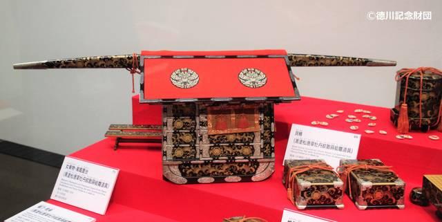 「黒塗松唐草牡丹紋散蒔絵雛道具」左:書棚・中央:厨子棚...