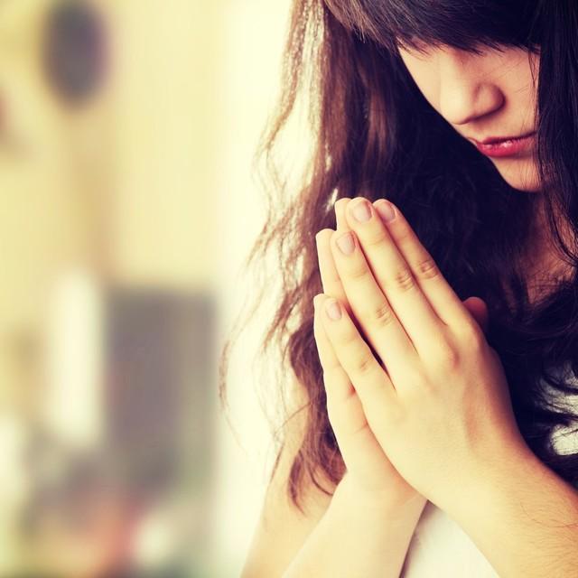 恋愛/祈る女性