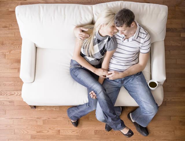 床に直接座らず、ソファやイスに座る