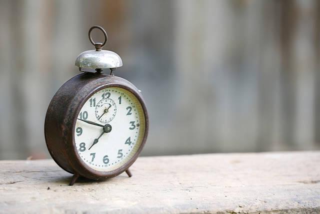 寝室の目覚まし時計は木製の円型アナログタイプ!