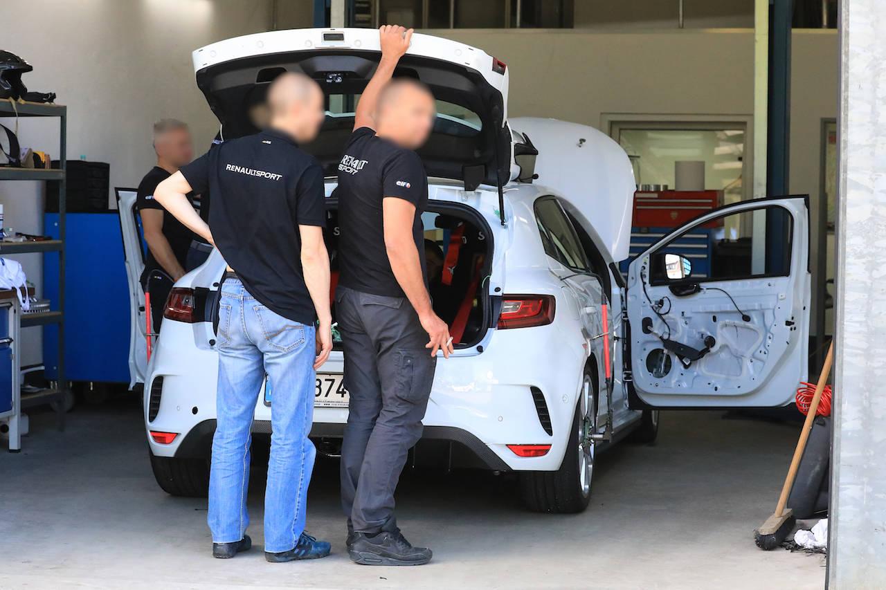 ルノー「メガーヌR.S. トロフィー」新型、タイプRへの挑戦...ニュル市販FF最速を狙う!