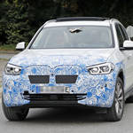 BMW初の電気クロスオーバー「iX3」市販型の独自フロントマスク公開!