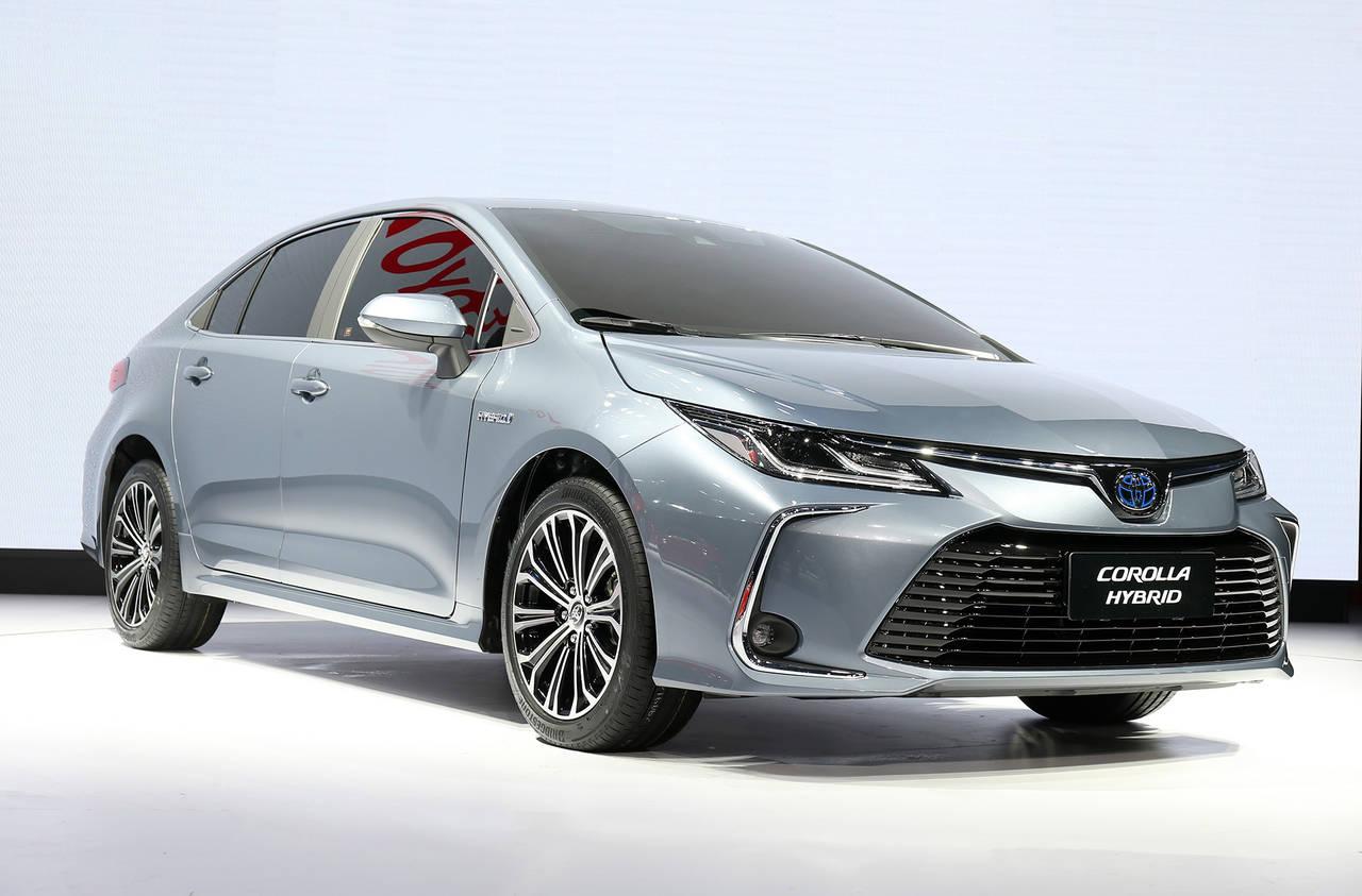 新型トヨタ カローラセダンが、初お披露目。来年から販売スタート!