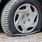 車のタイヤがパンク?!パンクの種類・原因・対処法