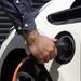 英国英府、「今後は新築の家に電気自動車の充電ポイントを付けなさい」との政策を打ち出す。無論、世界初