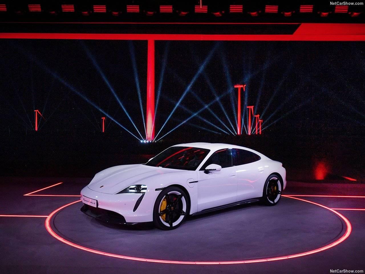 ポルシェからスーパーエレクトリックカーのTaycanが公開に!
