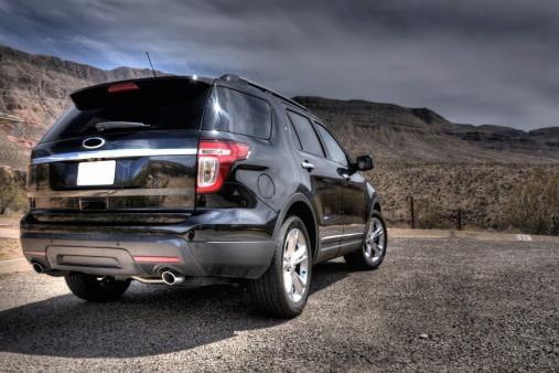 黒色、光沢のある砂漠の SUV