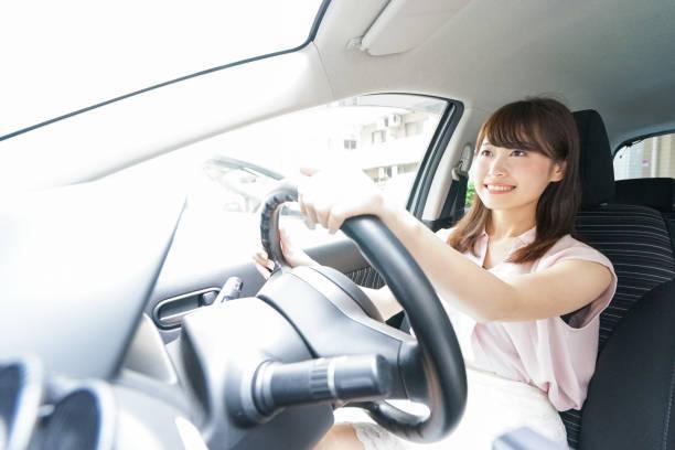 若い女性が運転車
