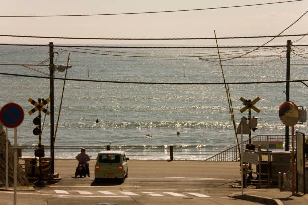 海と鉄道の踏切