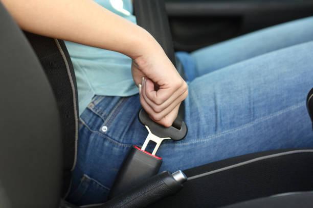 車のシートベルトを締めドライバー手