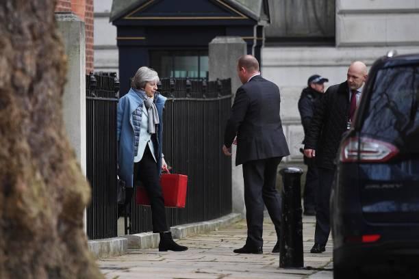 Brexit問題で苦悩するメイ首相(左)