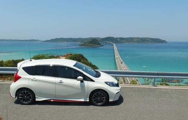 角島を背中に見る車との写真