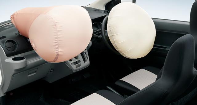 全車に標準装備のデュアルSRSエアバッグは、前からの強...