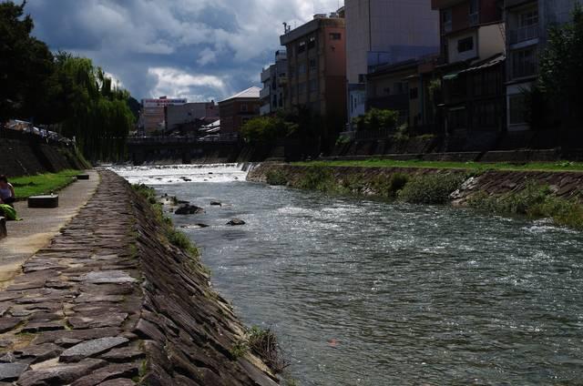 穏やかに流れる宮川沿いでゆっくり