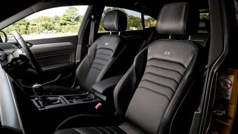 流麗でクーペルックなスタイリングに高い実用性と広い室内空間を持った、フォルクスワーゲン アルテオン | CAR | BRUDER (45389)