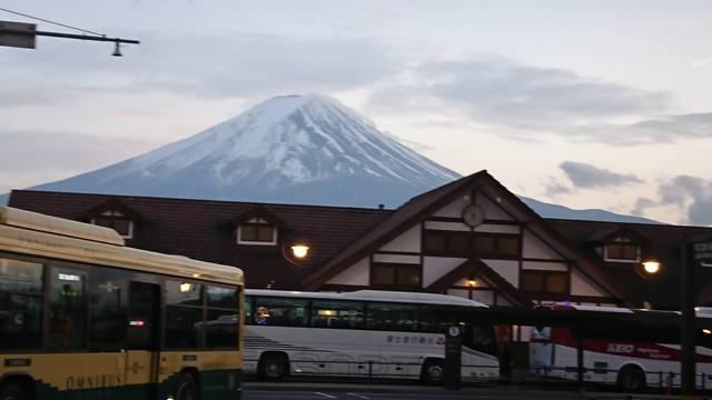 河口湖駅のバックには富士山が堂々と佇む