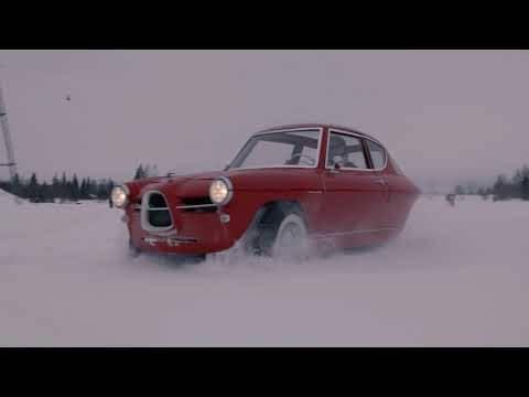 「弊社の電気自動車は、世界初の三輪車式。良く走りますし、ほら見て下さい。このように垂直に駐車出来るんです!」と、エストニアのスタートアップが驚愕のPR