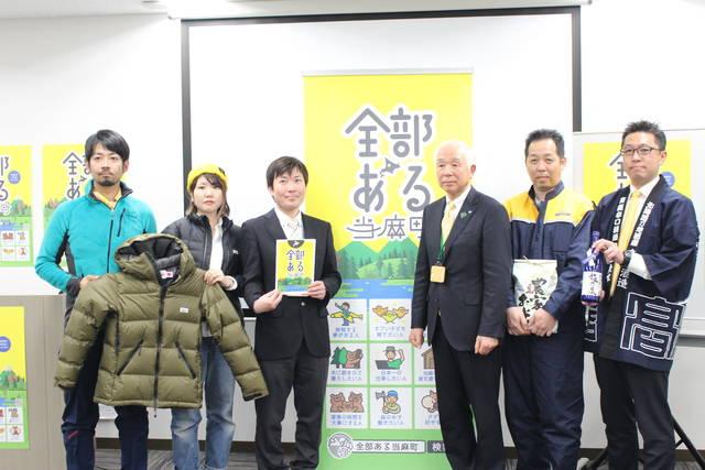 当麻町役場の菊川健一町長(中央)と当麻町で働く仲間たち
