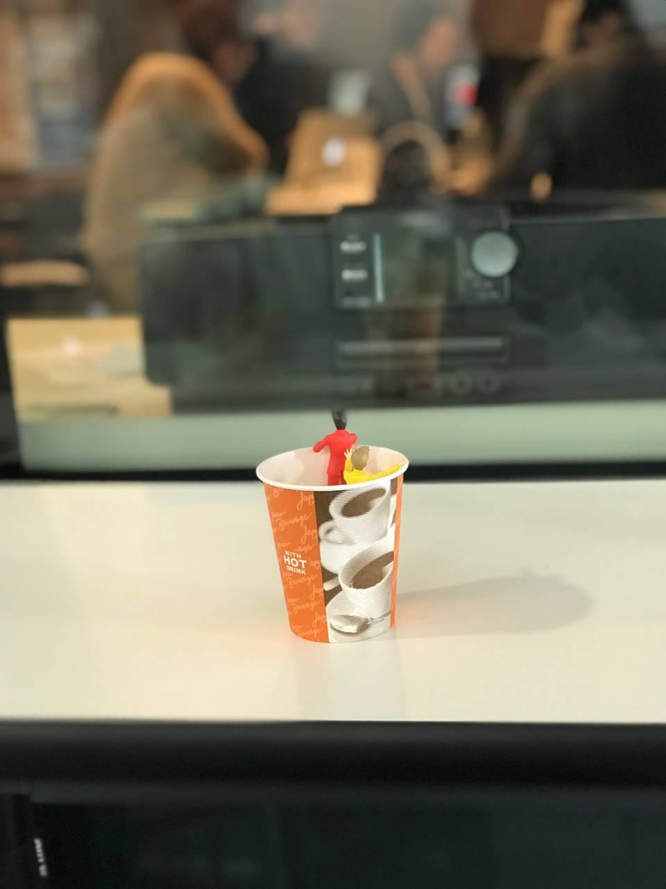 収録を見守るコップのフチのSUPER JUNIOR-D&E
